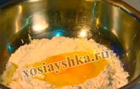 В пюре всыпаем муку, я предлагаю всыпать через ситечко, так мука будет насыщена кислородом, тесто будет мягче. Затем добавляем два яйца и хорошенько перемешиваем, соли добавить чуть больше, чем обычно, поперчить.