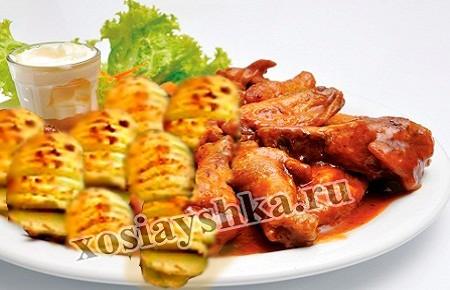 Золотисто-коричневый картофель с мясом и зеленым салатом подать на стол.