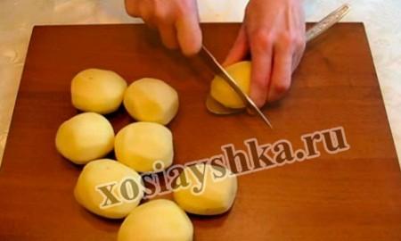 разрезать картофель поперек на тонкие ломтики, но не до конца, удобно разрезать на ложке,