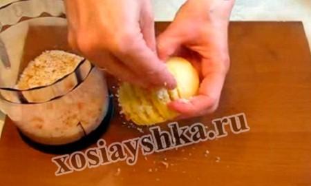 солим и перчим, затем фаршируем картофель во все срезы крошками булки либо тертым сыром,