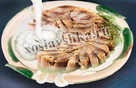 Подают на стол закуску из сельди со сметаной и зеленью.