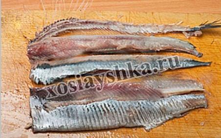 Отделить из рыбы филе от костей.