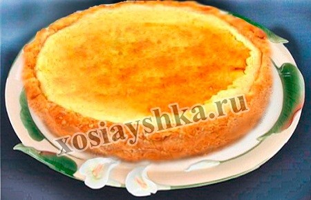 В муку добавляем все ингредиенты, замесить тесто и поставит на полчаса в холодное место. Затем тесто раскатать и выложить в форму для выпекания торта. Края теста (бортики) сильно приподнять. Форму с тортом (тестом) поставим в духовку для выпекания