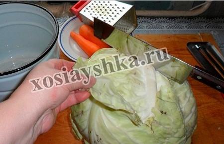 С капусты удалить бракованные листья, кочерышку, разрезаем вилок на 2 или 4 части, как удобно