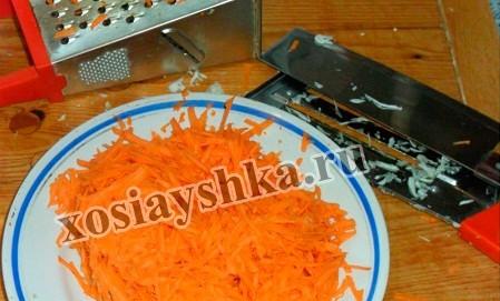 Натираем на крупной терке морковь.