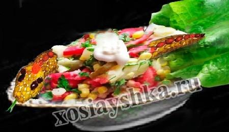 Варим картофель, яйца и кукурузу. Нарезаем крупно ломтиками или меленько по желанию свежие все овощи, яйца. Зеленый лучек нарезаем мелко.