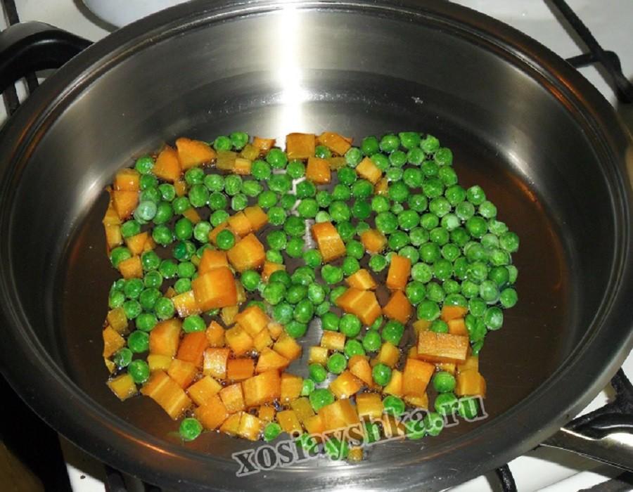 Тушим морковь с горошком