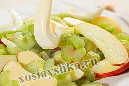 Стебель и зелень сельдерея нарезать соломкой и смешать с очищенными и нарезанными соломкой или дольками яблоками.