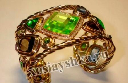 Хризолит - это один из красивейших зеленых драгоценных камней, имеет еще другие названия: перидот,  достокан (старорусское), бостонит, вечерний изумруд, базальтин оливиновый,  бутылочный камень, оливин андалузский, оливин. Цвет хризолит имеет  зеленый светлых тонов с оттенками золотистого, фисташкового, желтого, оливкового, травянистого и даже бурого.