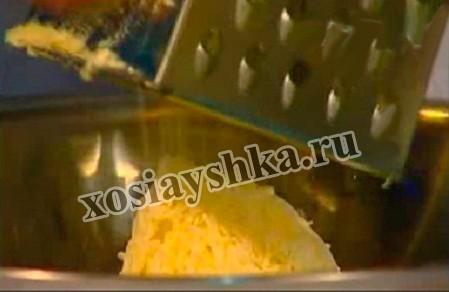 Для того чтобы получить идеальное тесто отварной картофель измельчим на мелкой терке. Чтобы легко натереть картофель нужно терку предварительно смазать растительным маслом или использовать немного не доваренный картофель .