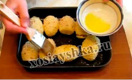 смажем противень изнутри растительным или сливочным маслом, поместить в нее картофелины и картофель тоже помазать растопленым сливочным либо растительным маслом.