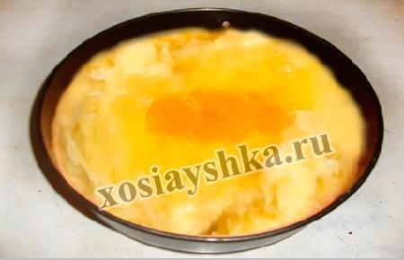 Протертый отварной картофель смешиваем с сырыми яйцами