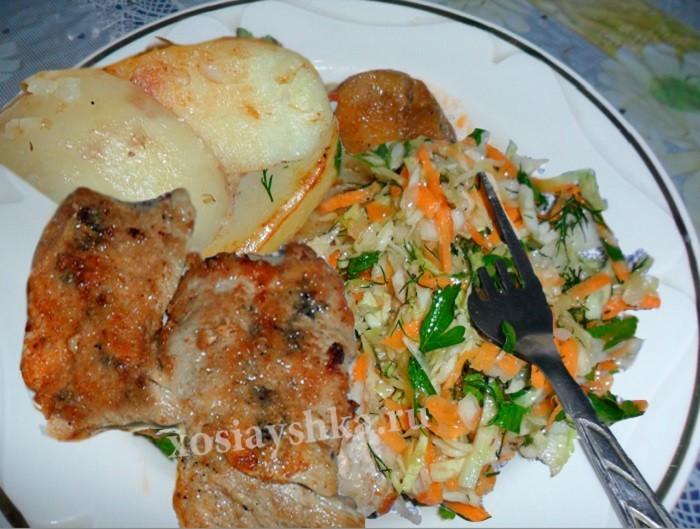 Стейк с запеченным картофелем и салатам из свежих овощей