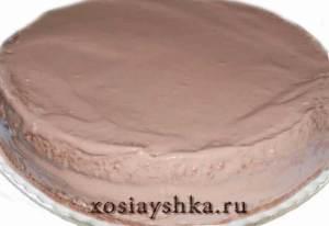 Смазать кремом коржи и бока торта