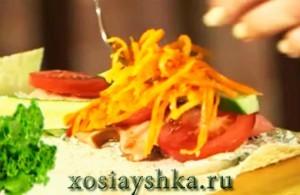 Добавить корейскую морковь и салат